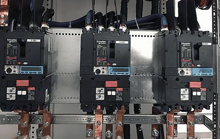 выключатели NSX, установленные на монтажной пластине